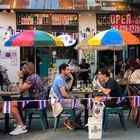 Los comensales comen al aire libre debido a problemas de COVID-19 en West Village el viernes 26 de junio de 2020 en la ciudad de Nueva York.  El alcalde de la ciudad de Nueva York, Bill de Blasio, dijo que estaba retrasando la reanudación programada de las comidas en interiores en los restaurantes de la ciudad por temor a que desencadenara un aumento en las infecciones por coronavirus.  (Foto AP / John Minchillo)