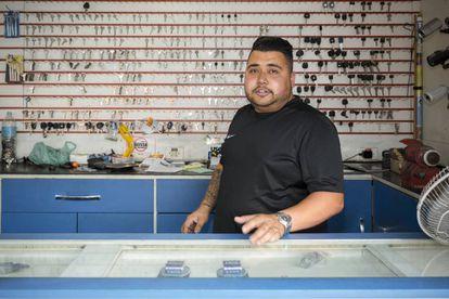 Junior, 26 años de edad y 16 haciendo copias de llaves ante lo que ahora es el McDonald's de Cidade Tiradentes