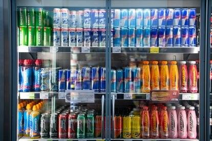 Bebidas energéticas en el frigorífico de un supermercado.
