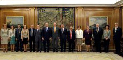 El rey Juan Carlos, con los miembros del pleno del Tribunal de Cuentas, presidido por Ramón Álvarez de Miranda (7 izda), a los que recibió hoy en el Palacio de la Zarzuela.