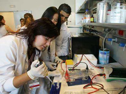 Los alumnos del programa Acércate hacen un experimento en la sede del CNIC.