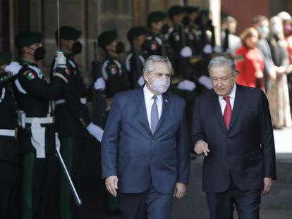 El presidente argentino, Alberto Fernández (izquierda), y su homólogo mexicano, Andrés Manuel López Obrador, este martes en Ciudad de México.