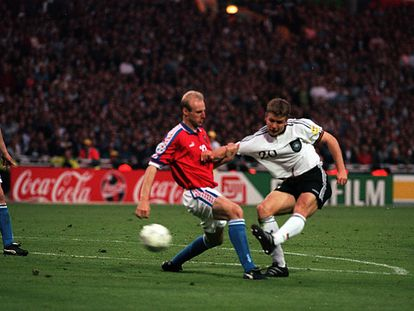 El alemán Oliver Bierhoff marca el gol de oro en la final de 1996 contra la República Checa en Wembley.