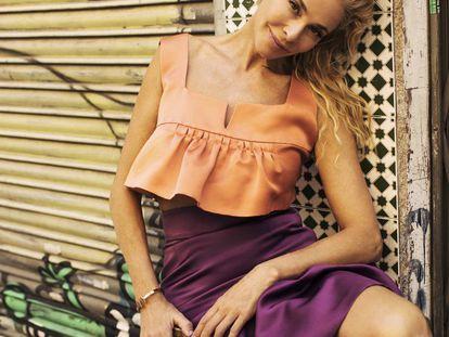 En la foto, tomada en el Rastro madrileño, Belén Rueda viste top y falda de Miu Miu, y pulsera y pendientes de Tiffany.