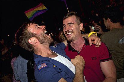 Cientos de personas celebraron en las calles de Nueva York la legalización del matrimonio homosexual