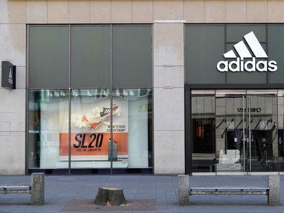 Una tienda de Adidas en Hamburgo (Alemania), cerrada por la alerta sanitaria.