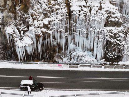 Imagen tomada con un dron de una cascada de hielo cercana a la localidad navarra del Roncal.
