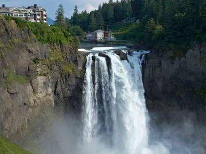 Catarata, hotel y spa adquiridos por la tribu Snoqualmie, en la región de Puget Sound, en el Estado de Washington (EE UU). En vídeo, cabecera de Twin Peaks, donde se observa la catarata.