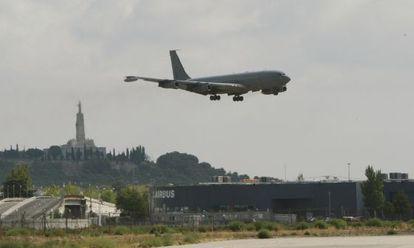 El avión con el último grupo de la misión española en Kosovo aterriza, ayer, en la base de Getafe.