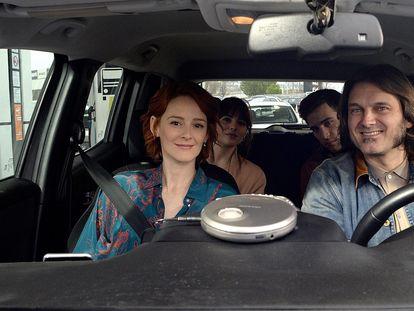 Ana Polvorosa y Salva Reina, delante; y Andrea Duro y Pol Monen, detrás, en 'Con quién viajas'.