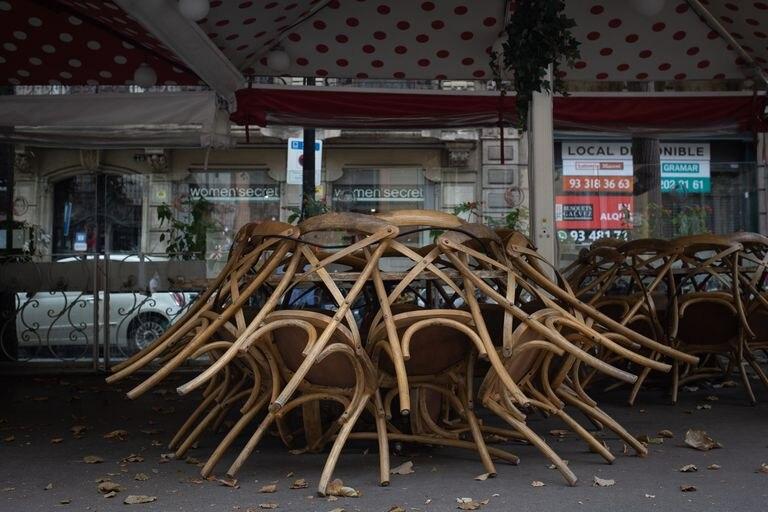 Terraza recogida de un bar cerrado en Barcelona este viernes.