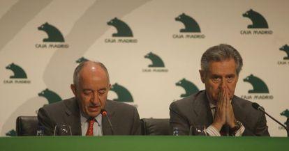 Miguel Ángel Fernandez Ordóñez, a la izquierda, junto a Miguel Blesa en una conferencia en 2006.