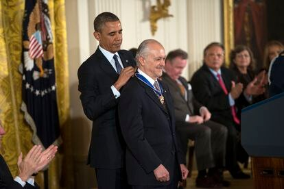 El premio Nobel de Química Mario Molina recibe la medalla presidencial de la Libertad de Estados Unidos de manos de Barack Obama, en 2013.