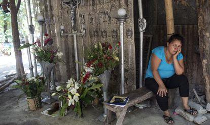 Una mujer vela a sus dos hijos recientemente asesinados por personas vestidas de militares (las pandillas en ocasiones utilizan estos métodos).