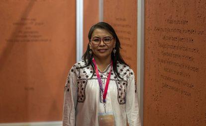 Alejandra Arellano en el pabellón de la FIL dedidado a los idiomas prehispánicos.