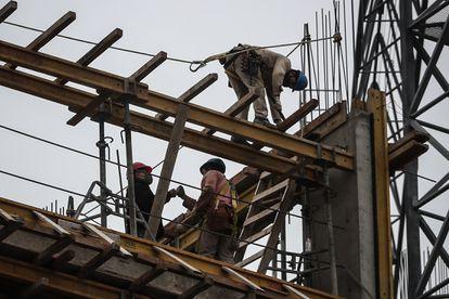 Trabajadores en una obra en Buenos Aires. La construcción encabezó la reactivación económica de Argentina en el primer trimestre.