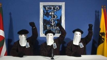 """Tres encapuchados de ETA leen un comunicado en el que anuncian un alto el fuego """"permanente, general y verificable"""", el 10 de enero de 2011."""