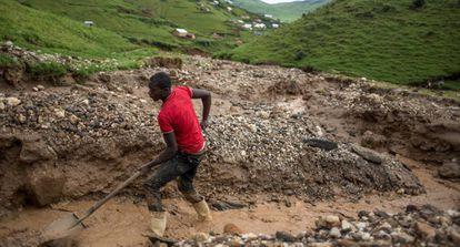 Un minero trabaja en una explotación cerca de Numbi, en el este de la República Democrática del Congo.
