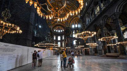 Varios visitantes pasean por Santa Sofía.