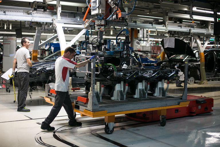 Unos operarios en la cadena de montaje de la factoría de Seat, en Martorell.