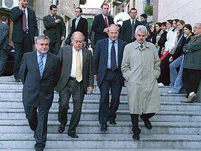El alcalde de Roda de Ter, Antoni Llach; Jordi Pujol; José Montilla, y Pasqual Maragall se dirigen al funeral del poeta Miquel Martí i Pol.