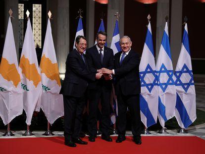 El presidente de Chipre, Nicos Anastasiadis, y los primeros ministros de Grecia e Israel, Kiriakos Mitsotakis y Benjamin Netanyahu, posan en Atenas el pasado enero tras firmar un acuerdo para la construcción de un gasoducto conjunto.