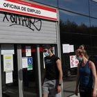 MADRID, 05/05/2020.- Dos jóvenes pasan ante una ofician de empleo este martes en Madrid. La Seguridad Social perdió 947.896 afiliados desde que comenzó la crisis del COVID-19 y hasta el cierre de abril, dejando el número total de cotizantes en los 18,39 millones, en tanto que el paro creció en estos dos últimos meses en más de 585.000 personas y superó los 3,8 millones de desempleados. EFE/Rodrigo Jiménez