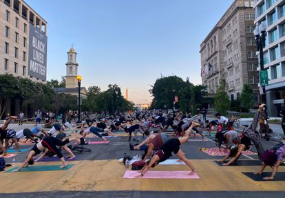 Una clase de yoga, el pasado viernes en la Plaza Black Lives Matter en Washington.