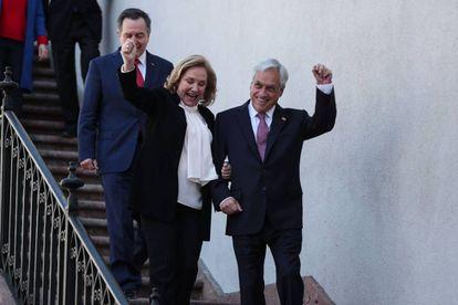 El presidente de Chile, Sebastián Piñera, y la primera dama, Cecilia Morel, celebran el fallo de La Haya antes de la rueda de prensa en La Moneda.