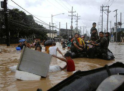 Marineros estadounidenses participan en las tareas de ayuda en Filipinas tras el paso de la tormenta 'Ketsana'