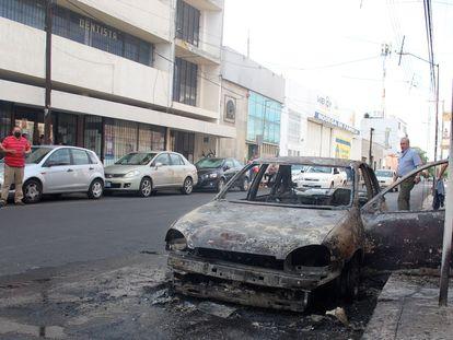Un coche quemado en Celaya (Guanajuato).