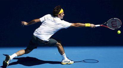 Roger Federer devuelve de revés una pelota en el partido que ganó a Tommy Robredo.