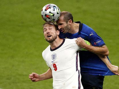 Chiellini supera a Kane en el duelo aéreo.