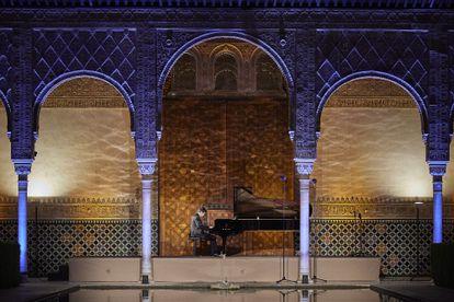 Javier Perianes durante su recital en el Patio de los Arrayanes, ayer en Granada.