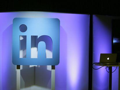 Logo de LinkedIn en un anuncio promocional de la compañía.