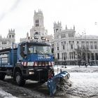 Una máquina quitanieve despeja la nieve en la zona de Cibeles, este domingo en Madrid.