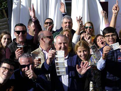 Vecinos de Utrera celebran la fortuna de uno de los premios de la Lotería Nacional.