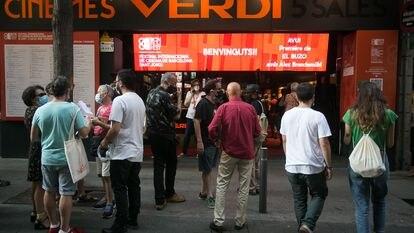 Ambiente en la entrada de los cines Verdi durante la celebracion del Bcn Film Fest.