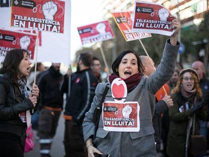 La protesta de los trabajadores de la huelga del servicio de teleasistencia cortó ayer la Gran Via.