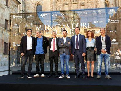 Alejandro Amenábar, en el centro, en la presentación de 'Mientras dure la guerra' en la Universidad de Salamanca. En vídeo, el tráiler de la película.