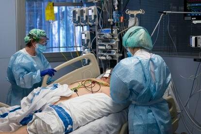 Personal sanitario atiende a un paciente ingresado en la UCI del hospital Josep Trueta de Girona.