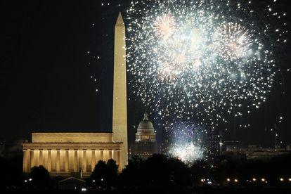 Fuegos artificiales lanzados desde el National Mall para festejar la investidura de Joe Biden.