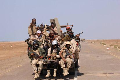 Soldados del Ejército yemení patrullan una carretera cerca de la ciudad de Al Mokha.