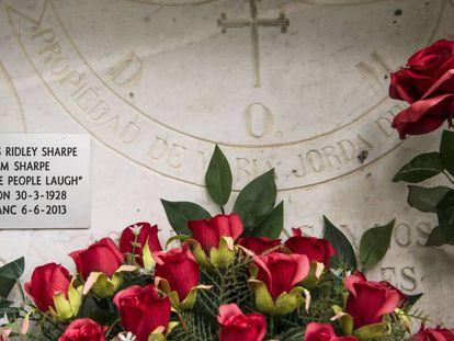 Lápida del nicho de Tom Sharpe en el cementerio de Mieres.