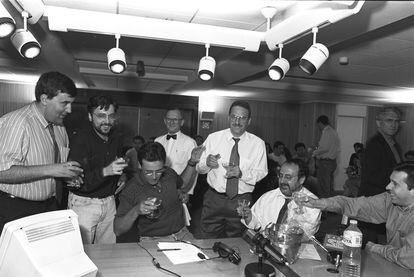 José Ramón de la Morena brinda con su equipo del programa de la SER 'El Larguero' tras superar en audiencia, por primera vez, a su competidor José María García en abril de 1995.
