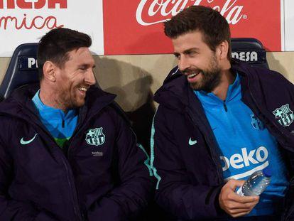 Leo Messi y Gerard Piqué, este domingo en el banquillo del Estadio de la Cerámica.
