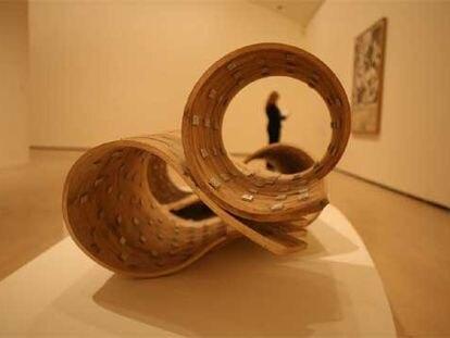 La escultura <i>UW84DC #11</i> (2001), realizada por el artista británico Richard Deacon, en la exposición <i>Homenaje a Chillida.</i>