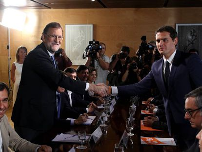 Mariano Rajoy y Albert Rivera, durante la firma de su pacto de investidura.