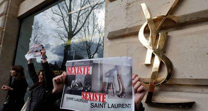 """Protesta por la campaña """"sexista"""" de Yves Saint Laurent, el pasado marzo en París."""