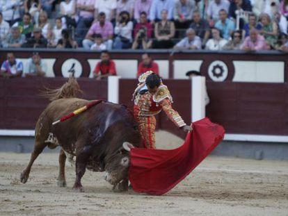 Iván Fandiño, en su faena a 'Fascinador', el segundo toro de su lote.